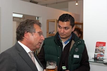 Gewerkschaftspolitischer Empfang in Münchnen am 05. Mai 2014 - Klaus im Gespräch mit Florian Pollick ver.di Gewerkschaftssekretär