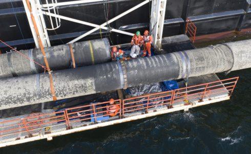 Verbindungsschweißnaht über Wasser bei der Verlegung von Nord Stream 2